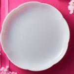 白い花型の皿
